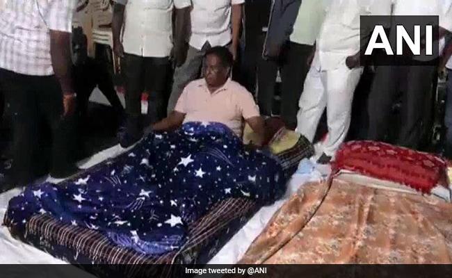 केजरीवाल की राह पर पुडुचेरी के सीएम, तीन दिनों से लगातार राजभवन के बाहर दे रहे धरना