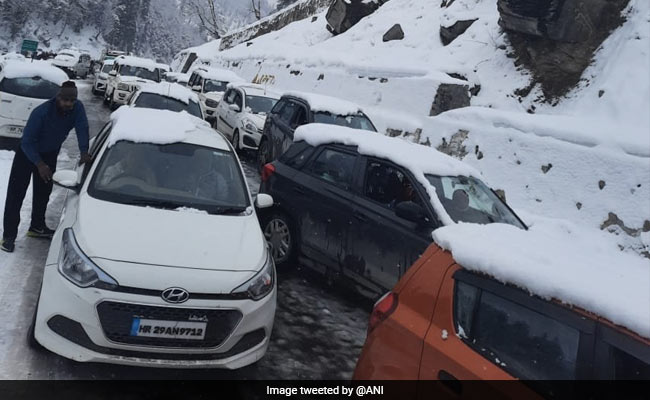 Over 500 Tourists Stranded In Manali Due To Snowfall, Rescue Operation On
