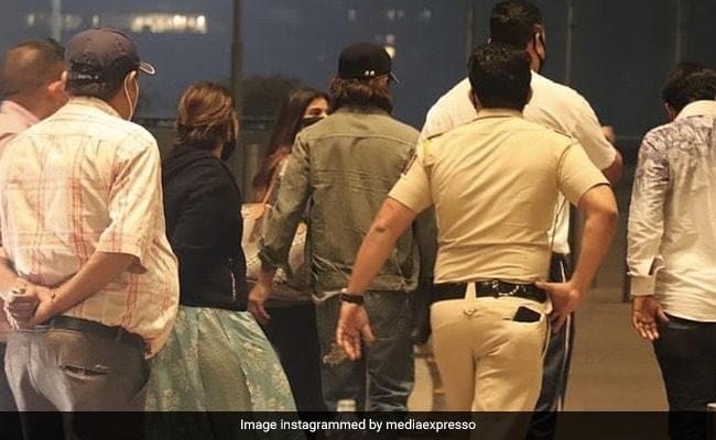 शाहरुख खान बेटे अबराम संग सुहाना को छोड़ने एयरपोर्ट आए, नए लुक में दिखे किंग खान- देखें Video
