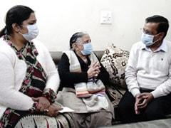 केजरीवाल ने दिवंगत कोरोना वारियर के परिवार को दिए एक करोड़ रुपये
