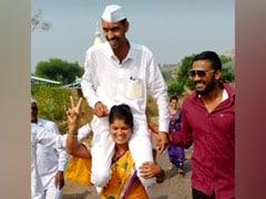 चुनाव में पति की जीत से खुश पत्नी ने उन्हें कंधों पर उठाकर दौड़ लगी दी! Video वायरल हुआ