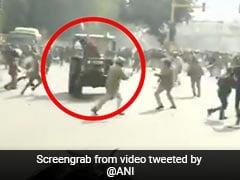 Farmers Protest: किसानों ने पुलिसवालों के पीछे दौड़ा दिया ट्रैक्टर, बीच सड़क ऐसे काटा बवाल - देखें Video