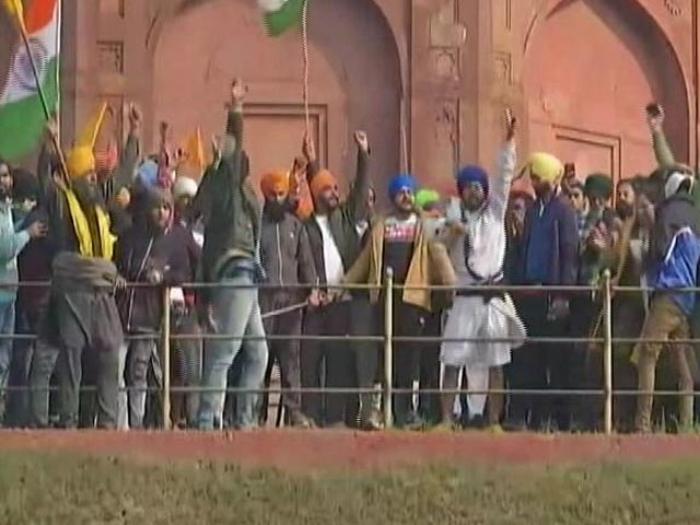 Video : Protesting Farmers Leave Red Fort After Police Intervene