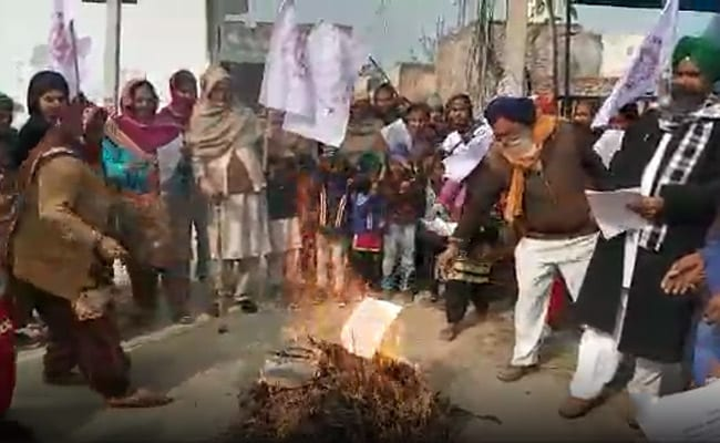 Farmers Burn Copies Of Agriculture Laws On Lohri In Punjab