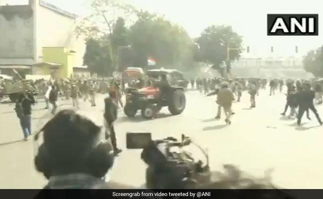 Tractor Rally में प्रदर्शनकारी ने फुल स्पीड में दौड़ाया ट्रैक्टर, बॉलीवुड डायरेक्टर का यूं आया रिएक्शन- Video