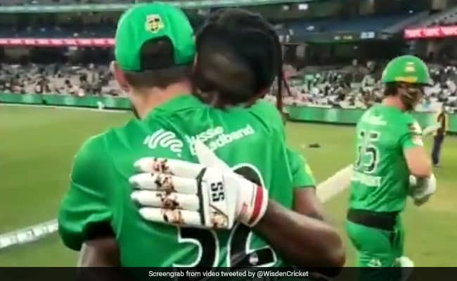 Andre Fletcher gets emotional and hugs Maxwell after mashed unbeaten 89 runs from 49 balls against Adelaide Strikers in BBL 10