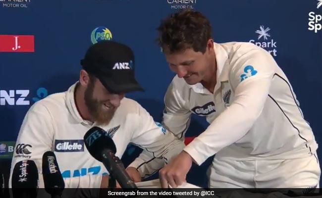 NZ vs PAK: प्रैस कॉन्फ्रैंस में कप्तान का ऑटोग्राफ लेने पहुंच गए न्यूजीलैंड विकेटकीपर वॉटलिंग..देखें Video