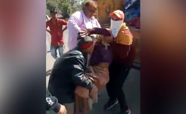 इंदौर में बेघर बुजुर्गों को गाड़ी में भरकर शहर के बाहर छोड़ा, तो बॉलीवुड डायरेक्टर बोले- हमें शर्म आनी चाहिए