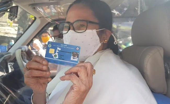 Bengal CM Mamata Banerjee stands in queue to collect Swasthya Sathi health  scheme card - बंगाल: स्वास्थ्य साथी स्मार्ट कार्ड लेने के लिए आम लोगों  के साथ लाइन में लगीं CM ममता