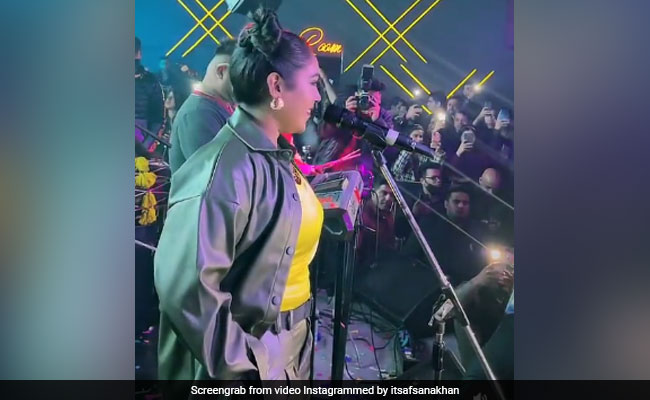 अफसाना खान ने खूबसूरत अंदाज में गाया 'तितलियां' सॉन्ग, गाना सुन ऑडियंस के चेहरे पर भी आ गई मुस्कान- देखें Video