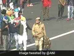 देखें VIDEO : जब ITO में प्रदर्शनकारियों से घिरे पुलिसकर्मी को बचाने आगे आए प्रदर्शन कर रहे दूसरे किसान