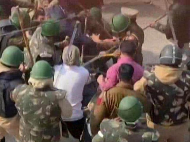 Video : Clashes At Farmers' Protest Site After Group Barges In, Cop Injured