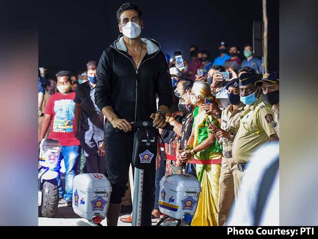 Video : Akshay Rides Segway With Mumbai Police, Hrithik Resumes Shoot & More