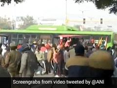 Tractor Rally के दौरान किसानों ने DTC बस का किया ऐसा हाल, सामने आया Shocking Video