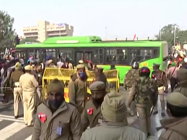 Video : Protesting Farmers Vandalise  Public Transport Bus In Delhi