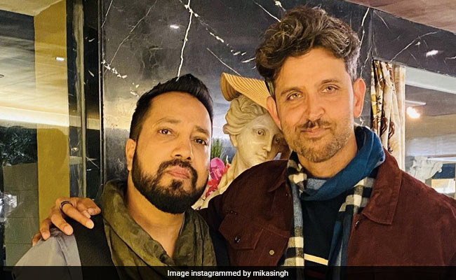 Viral: Hrithik Roshan Singing Ek Pal Ka Jeena With Mika Singh At New Year's Party