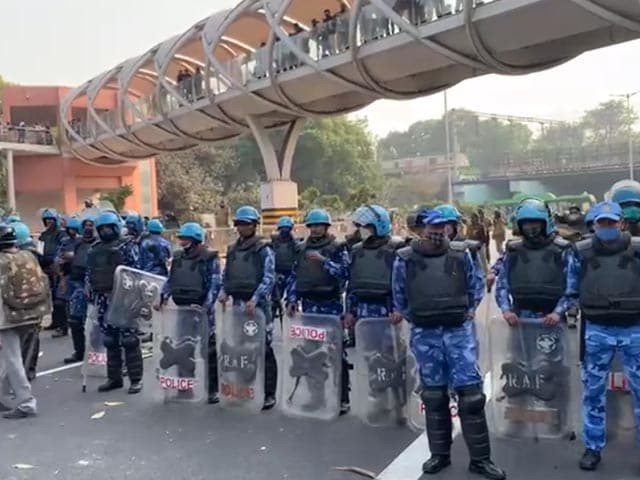 Video : Police Remove Protesters From Red Fort; 1 Farmer Dies At ITO