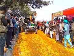 Farmers' Tractor Rally: Locals Along Delhi Border Shower Flowers On Protesters