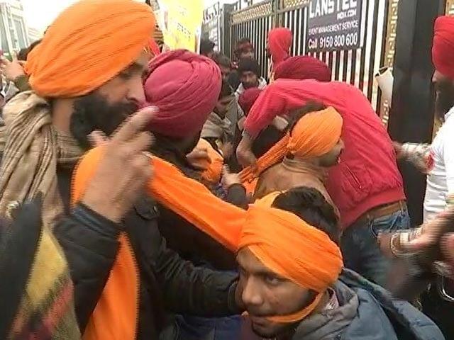"Video : Farmers Organise ""Turban Langar"" At Singhu Border"