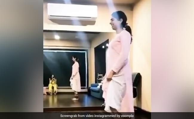 खुशी कपूर ने पैरों में घुंघरू बांधकर किया कथक डांस, जाह्नवी कपूर ने बनाया वीडियो