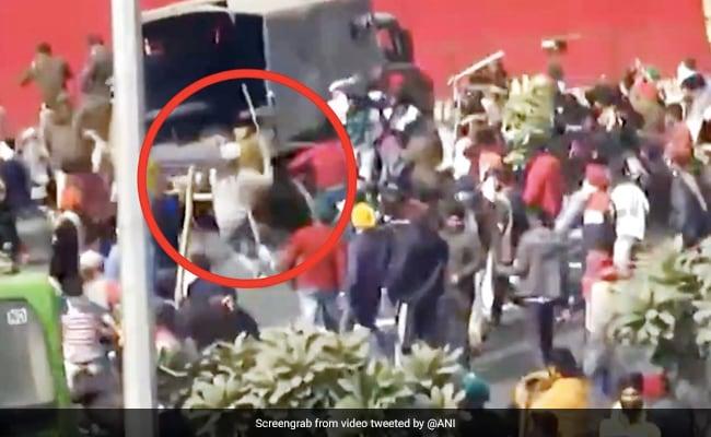 Kisan Tractor Rally: किसानों ने पुलिसकर्मियों पर किया Attack, जमकर बरसाए डंडे - देखें Video