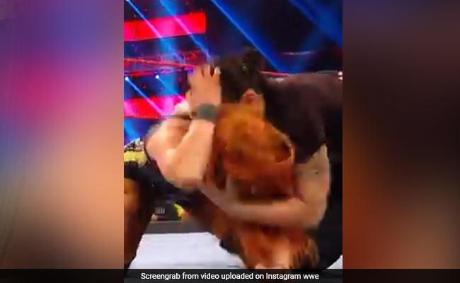 WWE Viral Video:शायना बैजलर ने विरोधी रेसलर पर यूं किया अटैक, गर्दन पर काट लिया दांत