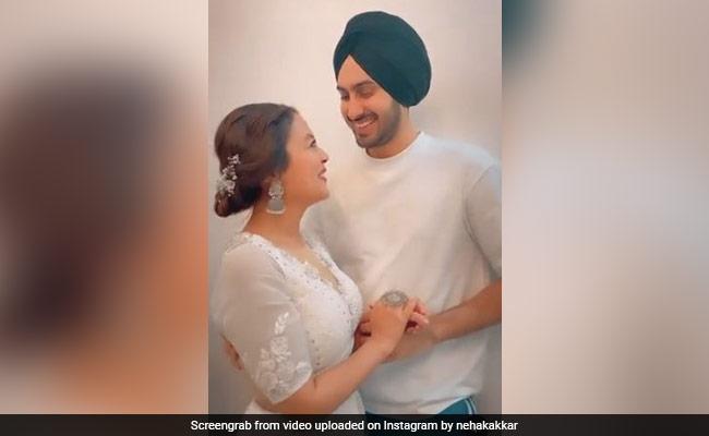नेहा कक्कड़ और रोहनप्रीत सिंह 'आंखों की गुस्ताखियां' गाना गाते-गाते करने लगे रोमांस, वायरल हुआ क्यूट Video