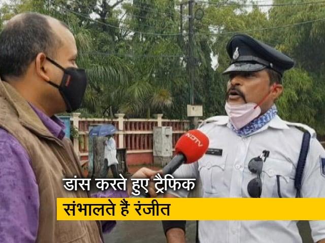 Videos : इंदौर की सड़कों पर थिरकते हुए ट्रैफिक संभालने वाले रंजीत सोशल मीडिया पर छाए