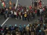 Video : Police Remove Protestors At Red Fort