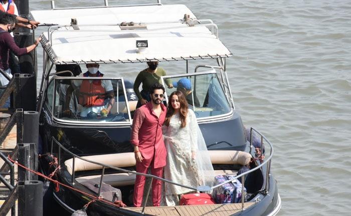 शादी के बाद मुंबई लौटे वरुण धवन और नताशा दलाल, कुछ इस तरह हुआ स्वागत- देखें Photos