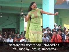 Sapna Choudhary ने हरियाणवी सॉन्ग 'खड़ी रोड पर वेट करूं' पर मचाया तहलका, वायरल हुआ डांस Video