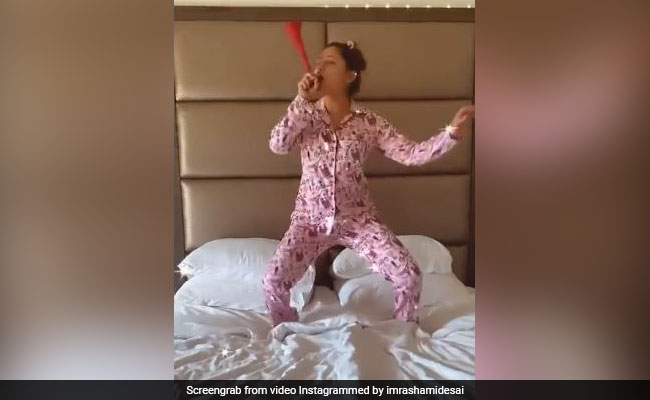रश्मि देसाई ने 'हवा हवाई' सॉन्ग पर बिस्तर पर जमकर मचाई उछलकूद, देखें मजेदार Video