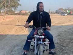 The Great Khali के सामने खिलौने जैसी दिखी बुलेट, कच्ची सड़क पर खूब दौड़ाई मोटरसाइकिल- देखें Video