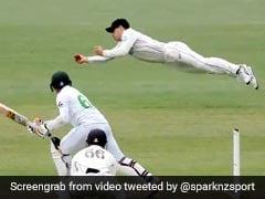 NZ Vs Pak: पाकिस्तानी बल्लेबाज ने मारा शॉट, खिलाड़ी ने हवा में उड़कर पकड़ लिया Impossible कैच - देखें Video