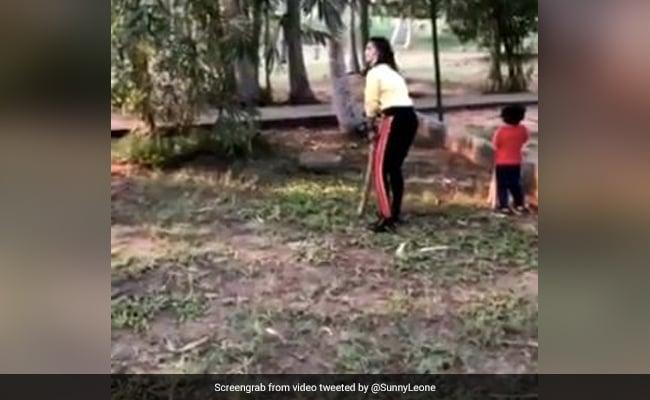 Sunny Leone ने छक्का मारकर तोड़ा कांच, Video पोस्ट कर बोलीं- क्या मैं इंग्लैंड के लिए अपनी किट...