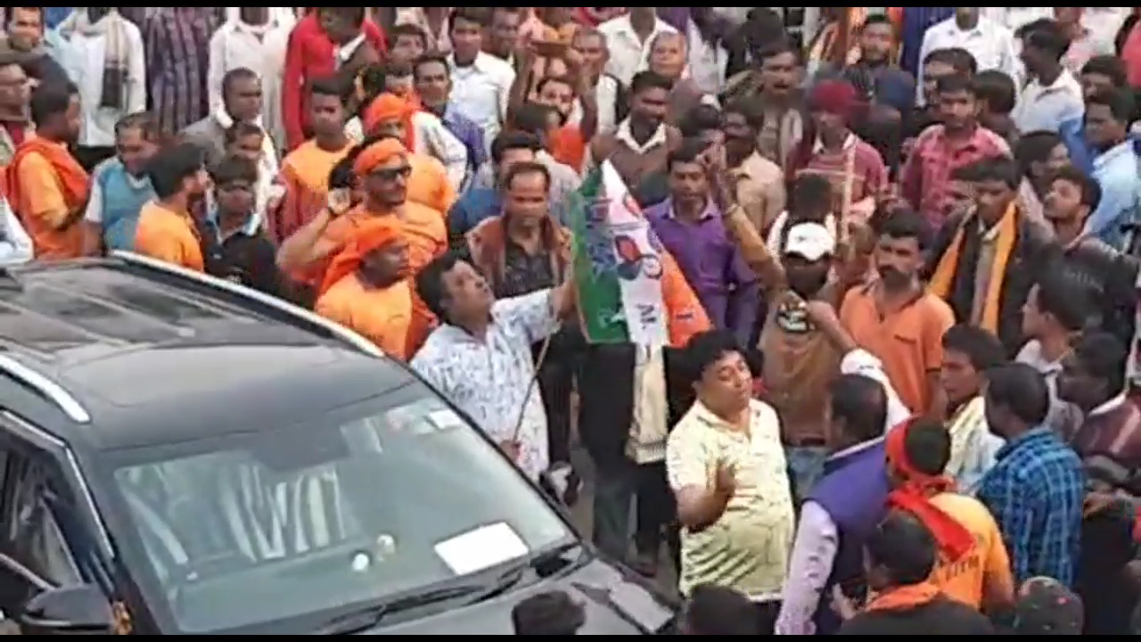 Car Waving Trinamool Flag Drives Into BJP Rally In West Bengal's Purulia