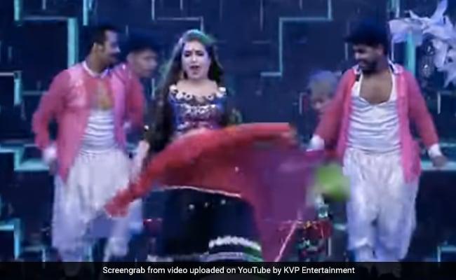 आम्रपाली दुबे ने भोजपुरी गानों पर डांस से मचाया तहलका, बार-बार देखा रहा Video