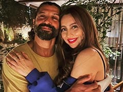"This Pic Of Farhan Akhtar And Anusha Dandekar Is The Definition Of ""Cool"""