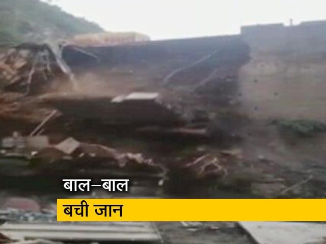 Videos : जम्मू-श्रीनगर हाइवे पर भरभराकर ढहा पुल, हादसे की चपेट में नहीं आया ट्रक