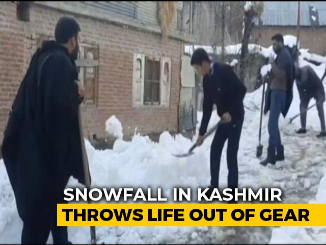 Video : After Record Snowfall In Parts Of Jammu and Kashmir, Traffic Hit