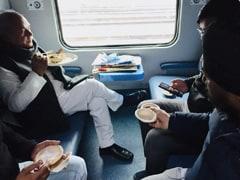 केंद्रीय कृषि मंत्री नरेंद्र सिंह तोमर ने ट्रेन में सिखों के साथ किया भोजन