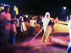 DJ पर डांस कर रहा था बुज़ुर्ग, पीछे से लाठी लेकर आ गई पत्नी और फिर... सहवाग बोले- पत्नी का खौफ - देखें Video