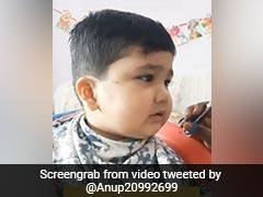 बच्चे ने कटिंग कराते हुए फिर मचाया बवाल, अब घूरकर बोला- 'मत काटो, टकला हो जाउंगा...' - देखें Video