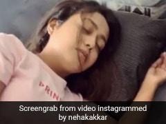 Neha Kakkar सोते हुए ले रही थीं खर्राटे, भाई टोनी कक्कड़ ने बना डाला था Video