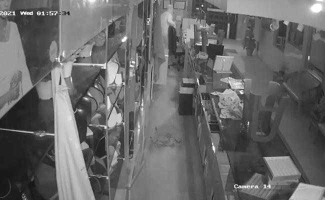 PPE किट पहन करोड़ों के ज़ेवर चुराने वाला गिरफ्तार, बैग में भरकर ऑटो से ले गया था 25 किलो सोना