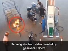 पेट्रोल पंप पर खड़ी गाड़ी में अचानक लगी आग, डरकर भागे लोग, अकेली महिला ने किया यह कारनामा - देखें Video