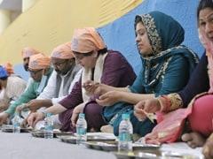 Priyanka Gandhi Vadra Visits Varanasi, Eats <i>Langar</i>