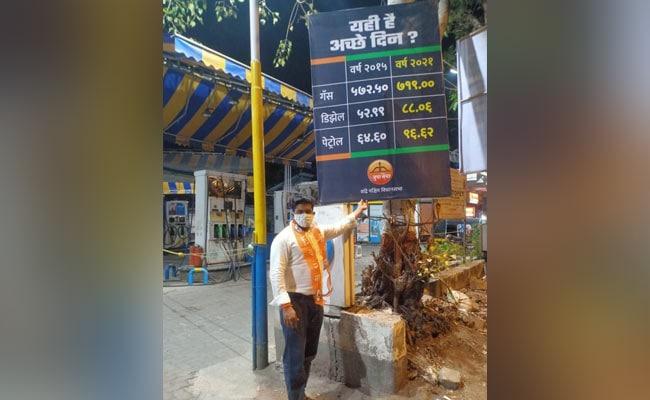 शिवसेना ने मुंबई में लगाए पोस्टर, 2015 और 2021 की तेल कीमतों का जिक्र कर पूछा- क्या यही हैं अच्छे दिन?