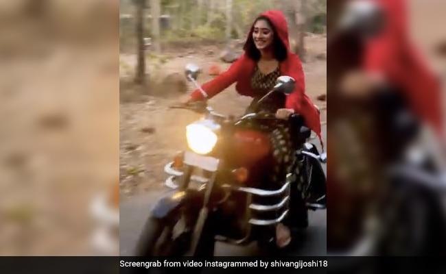 'ये रिश्ता क्या कहलाता है' की नायरा सड़कों पर बुलेट दौड़ाती आईं नजर, Video पोस्ट कर बोलीं- मुझे बाइक चलाते हुए...