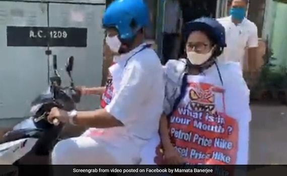 'मंत्री चला रहे थे स्कूटर, पीछे बैठी थीं मुख्यमंत्री', बीच सड़क पेट्रोल-डीजल की बढ़ती कीमतों काअनूठा विरोध